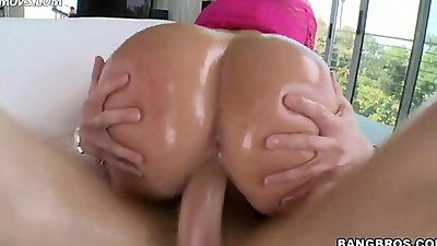 Big ass MILF Mellanie Monroe takes..