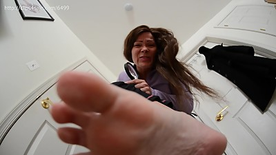 Mature Giantess Squishes you