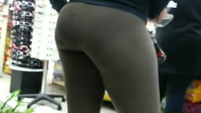 Candid brown spandex bubbled out milf..