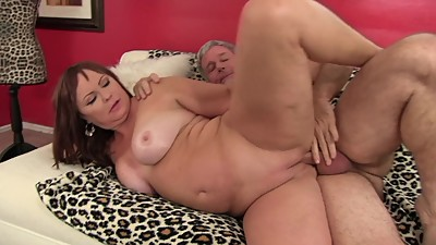 Cougar Isabella Love gets her pussy..