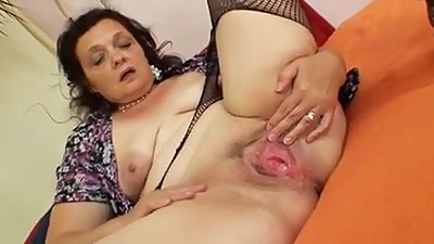 Sexy guitarrist mature woman..