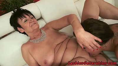 Old lady pussyfingering beautiful babe