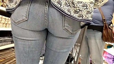 Candid plump milf ass in tight jeans